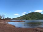 Le lac du Salagou et ses étonnantes terres rouges.